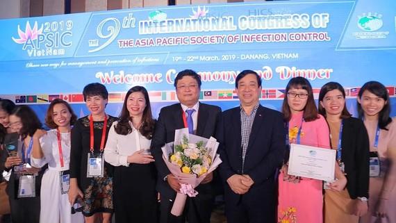 PGS.TS. Lương Ngọc Khuê,Cục trưởng Cục Khám chữa bệnh (Bộ Y tế) cùng đại diện BV nhận giải thưởng