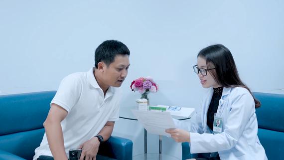 Bác sĩ tư vấn khám chữa bệnh tại BV Đại học Y Dược. Ảnh: THÀNH AN
