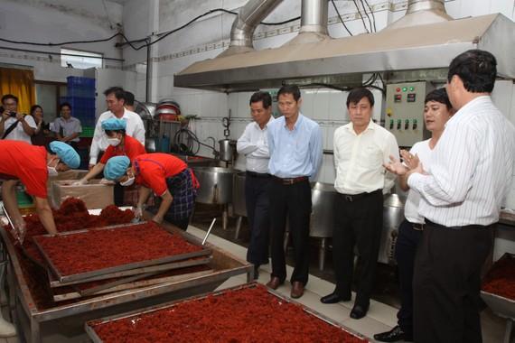 Lực lượng chức năng đang kiểm tra một cơ sở sản xuất khô bò cung ứng tết