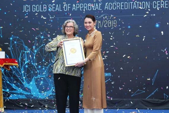 Bà Paula Wilson trao chứng nhận con dấu vàng JCI cho bà Nguyễn Thục Anh, Tổng Giám đốc Bệnh viện Quốc tế Hạnh Phúc