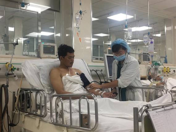 Bác sĩ đang thăm khám cho anh Nguyễn Văn Lâm