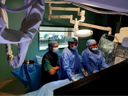 Các bác sĩ đang tiến hành phẫu thuật cho bệnh nhi