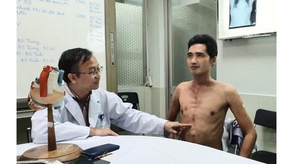 TS-BS Nguyễn Thái An đang thăm khám cho anh Huỳnh Thanh Hòa