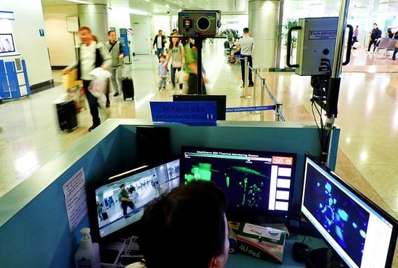Kiểm tra gắt gao hành khách nhập cảnh tại các sân bay. Ảnh: HOÀNG HÙNG