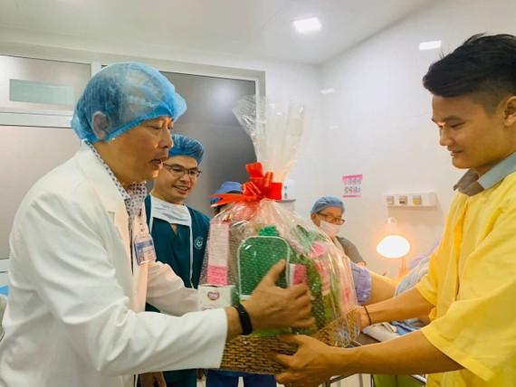 Tiến sĩ- Bác sĩ Lê Quang Thanh - Giám đốc Bệnh viện Từ Dũ tặng quà, chúc mừng gia đình sản phụ. Ảnh: NGỌC DIỆP