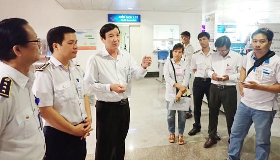 Ông Nguyễn Hữu Hưng, Phó Giám đốc Sở Y tế TPHCM kiểm tra công tác phòng chống dịch do virus Corona gây ra tại Sân bay quốc tế Tân Sơn Nhất. Ảnh: HOÀNG HÙNG