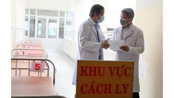 Thứ trưởng Bộ Y tế Nguyễn Trường Sơn (phải) làm việc cùng TS-BS Nguyễn Văn Vĩnh Châu, Giám đốc Bệnh viện Bệnh Nhiệt đới TPHCM (trái). Ảnh: HOÀNG HÙNG