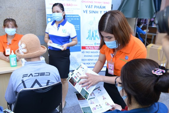 Nhân viên y tế hướng dẫn người dân cách phòng bệnh