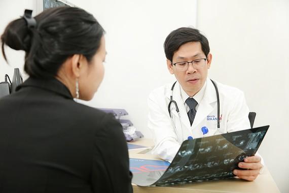 Bác sĩ Nguyễn Thế Toàn - Phó Khoa Ngoại Bệnh viện Gia An 115 đang khám cho bệnh nhân