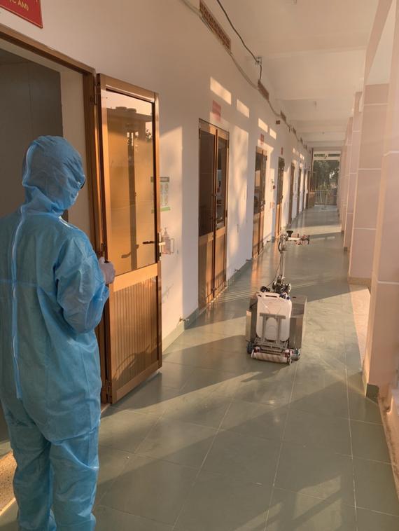 Robot đang đến phòng cách ly để khử khuẩn