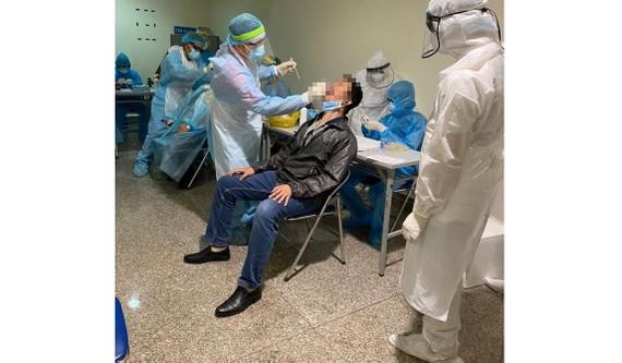Nhân viên y tế lấy mẫu xét nghiệm