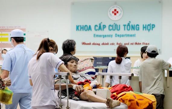Các bác sĩ khoa cấp cứu Bệnh viện Nhân dân 115 đang tích cực chăm sóc, điều trị cho bệnh nhân