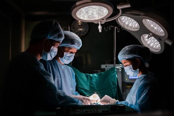 Các bác sĩ đang tiến hành nạo vét khối Silicon đóng cục trong ngực bệnh nhân. Ảnh BVCC