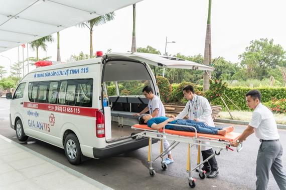 Các y bác sĩ đang vận chuyển cấp cứu bệnh nhân