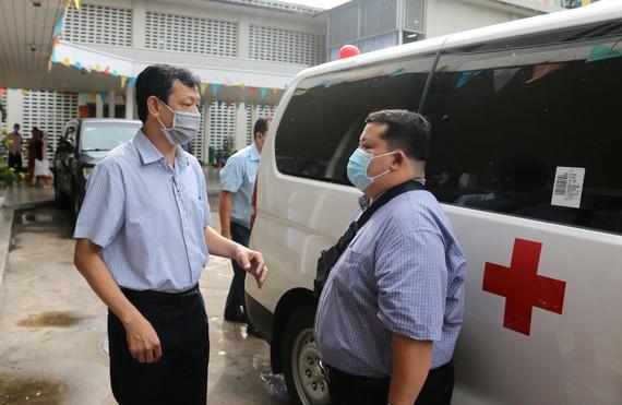 Giám đốc Bệnh viện Chợ Rẫy (bìa trái) tiễn đội phản ứng nhanh số 4 lên đường đi Đà Nẵng
