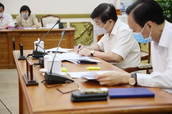 Chủ tịch UBND TPHCM Nguyễn Thành Phong và Phó Chủ tịch Thường trực UBND TP Lê Thanh Liêm tại cuộc họp. Ảnh: TTBC
