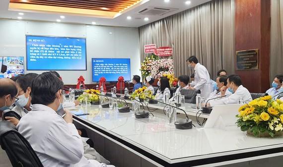 Các bác sĩ Bệnh viện Chợ Rẫy đang tư vấn hội chẩn với Trung tâm Y tế quân dân y huyện Côn Đảo (Bà Rịa - Vũng Tàu)