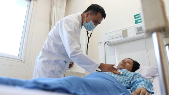 Bác sĩ kiểm tra tình trạng sức khỏe của người bệnh sau khi phẫu thuật