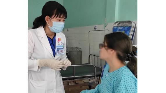 Bác sĩ thăm khám cho bệnh nhân