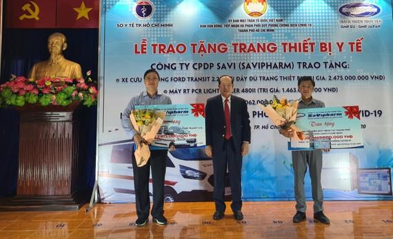 Ông Trần Tựu, Chủ tịch Hội đồng quản trị, Tổng giám đốc Công ty Savipharm trao thiết bị phòng chống dịch cho Trung tâm cấp cứu 115 và Trung tâm kiểm soát bệnh tật TPHCM