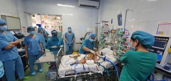 Các bác sĩ đang chăm sóc cho bệnh nhi