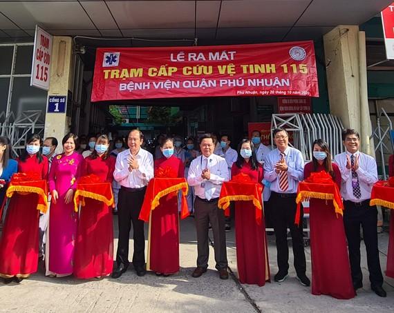 Các đại biểu cắt băng khánh thành lễ ra mắt trạm cấp cứu vệ tinh 115 thứ 34 tại quận Phú Nhuận