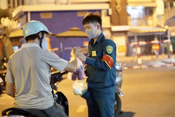 TPHCM: Lấy mẫu xét nghiệm các trường hợp đến từ Hải Dương, Quảng Ninh