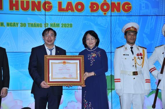 Phó Chủ tịch nước Đặng Thị Ngọc Thịnh đã trao tặng danh hiệu Anh hùng Lao động thời kỳ đổi mới giai đoạn 2009-2019 cho Trường Đại học Y khoa Phạm Ngọc Thạch