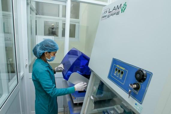 Nhân viên Bệnh viện Quân y 7A xét nghiệm virus SARS-CoV-2. Ảnh: HOÀNG HÙNG