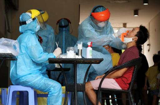 Nhân viên y tế đang tiến hành lấy mẫu xét nghiệm