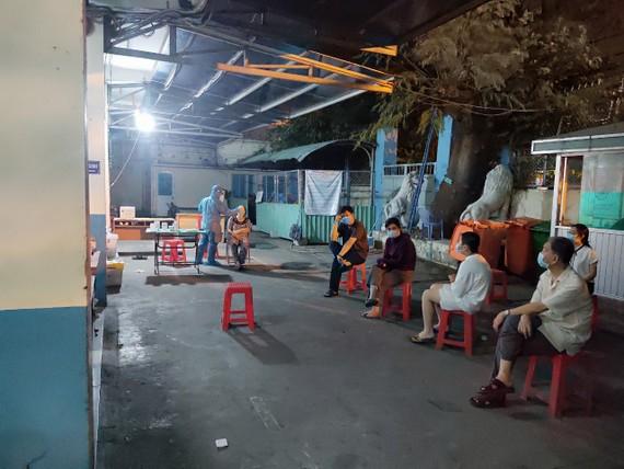 Nhân viên y tế lấy mẫu xét nghiệm cho nhân viên làm việc tại sân bay Tân Sơn Nhất