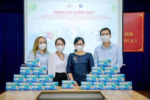 Đại diện Công ty Nam Anh trao tặng khẩu trang cho Sở Y tế TPHCM