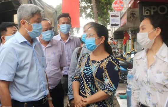 PGS-TS Nguyễn Trường Sơn, Thứ trưởng Bộ Y tế thăm hỏi người dân tại khu vực phong tỏa cách ly tại hẻm 251 Quang Trung, phường 10, quận Gò Vấp