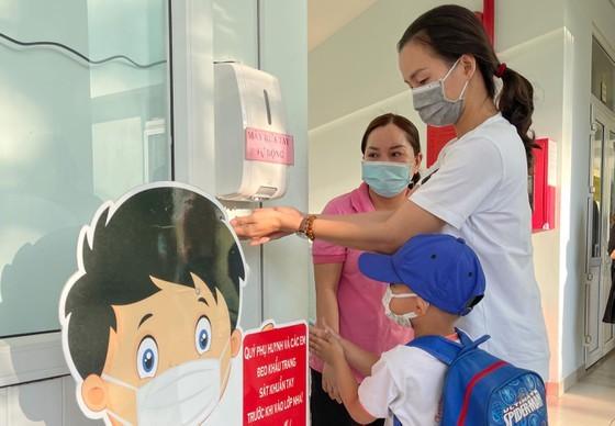Các bé Trường Mầm non Tuổi Thơ (quận 8) được hướng dẫn vệ sinh, khử khuẩn trước khi vào lớp. Ảnh: HOÀNG HÙNG