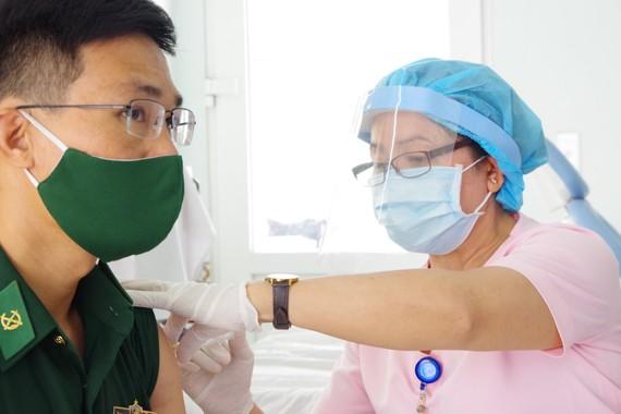 Chiến sĩ làm nhiệm vụ bảo vệ biên giới Tây Nam được tiêm vaccine Covid-19 trong sáng 1-4-2021