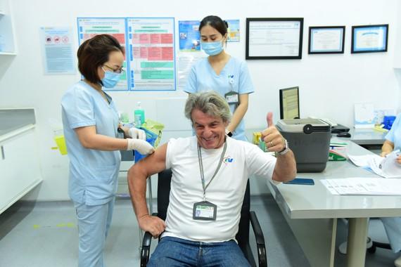 Nhân viên y tế Bệnh viện FV được tiêm vaccine Covid-19 trong sáng 12-4