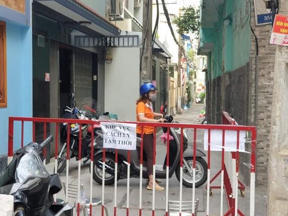 Hẻm 359 đường Lê Văn Sỹ, phường 13, quận 3 được lập hàng rào, hạn chế ra vào