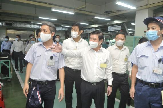 Chủ tịch UBND TPHCM Nguyễn Thành Phong kiểm tra công tác phòng, chống dịch Covid-19 tại Công Ty TNHH Nissei Electric Việt Nam. Ảnh: CAO THĂNG