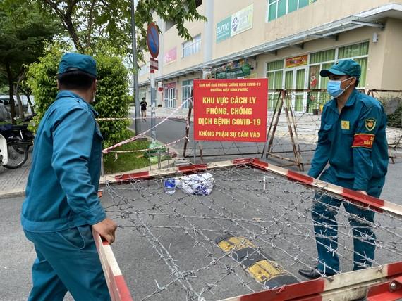 Lực lượng chức năng phong tỏa chung cư Sunview Town. Ảnh: CAO THĂNG