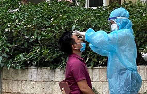 Nhân viên y tế lấy mẫu cho người dân cư ngụ tại Chung cư SunVeiw Town, Thành phố Thủ Đức Ảnh: CAO THĂNG