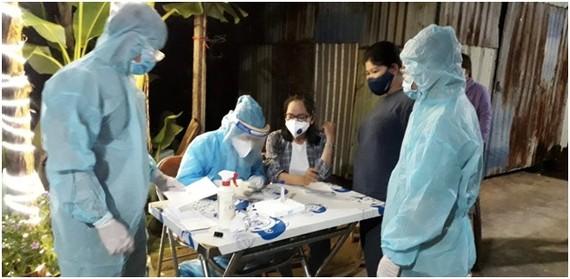Tiến hành điều tra, truy vết tại nơi ở trường hợp nghi nhiễm tại huyện Hóc Môn