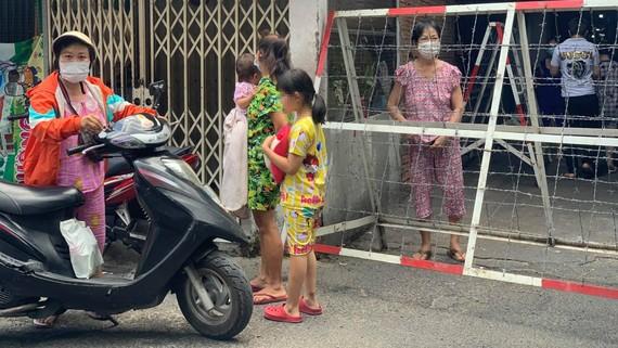 Hẻm 245 Nguyễn Trãi được phong tỏa ngay sau khi phát hiện một ca nghi nhiễm SARS-CoV-2 tại khu Mả Lạng