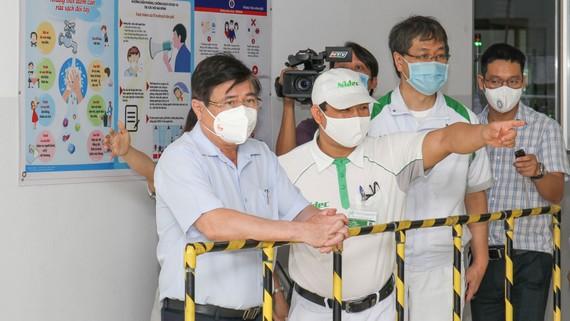 Chủ tịch UBND TPHCM Nguyễn Thành Phong kiểm tra công tác tiêm chủng vaccine Covid-19. Ảnh: HOÀNG HÙNG