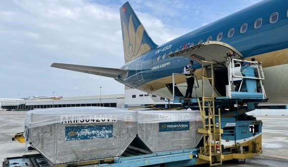 580.000 liều vaccine Covid-19 của AstraZeneca vừa hạ cánh xuống sân bay Tân Sơn Nhất