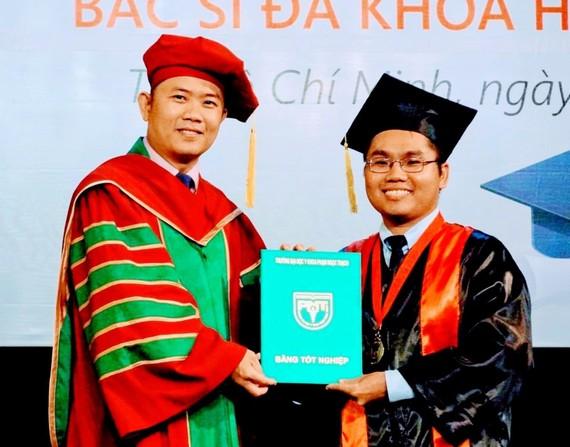 PGS-TS Nguyễn Thanh Hiệp trao bằng tốt nghiệp cho sinh viên
