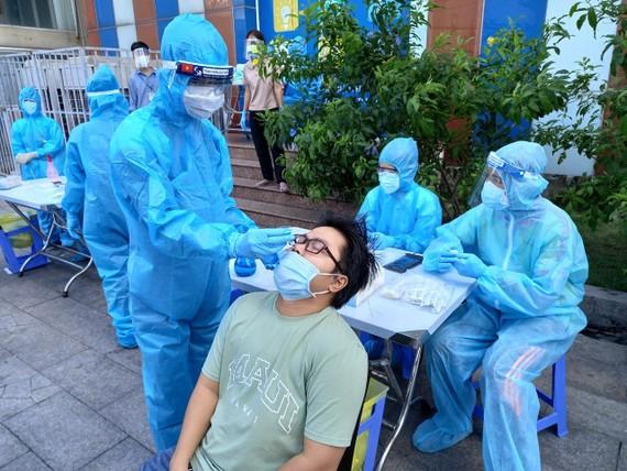 Các nhân viên y tế tỉnh Thái Bình hỗ trợ TPHCM trong công tác lấy mẫu xét nghiệm cho người dân quận Tân Phú