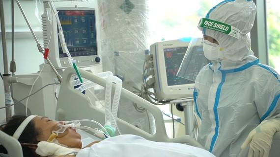 Bác sĩ chăm sóc bệnh nhân nặng tại bệnh viện dã chiến điều trị Covid-19. Ảnh: HOÀNG HÙNG