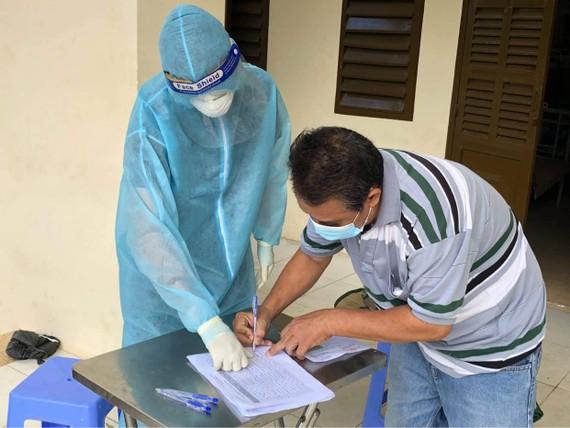 Một bệnh nhân ký thủ tục xuất viện tại Bệnh viện dã chiến thu dung và điều trị Covid-19 số 1