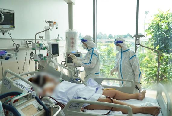 Nhân viên y tế đang chăm sóc và điều trị cho bệnh nhân tại Bệnh viện Hồi sức Covid-19