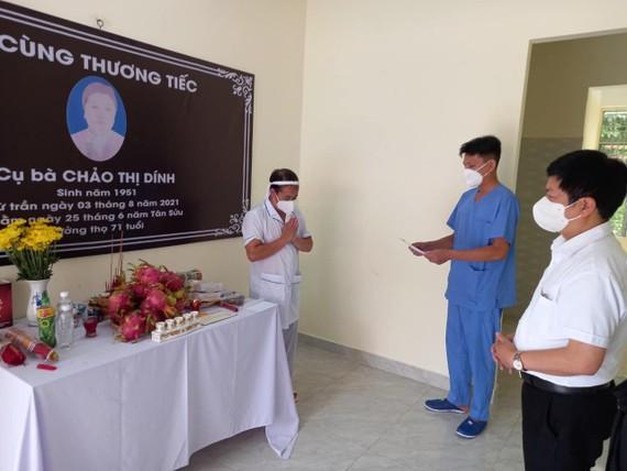 Ông Nguyễn Trọng Khoa, Phó Cục trưởng Cục quản lý khám chữa bệnh (Bộ Y tế) thay mặt đoàn kính viếng hương hồn bà Chảo Thị Dính